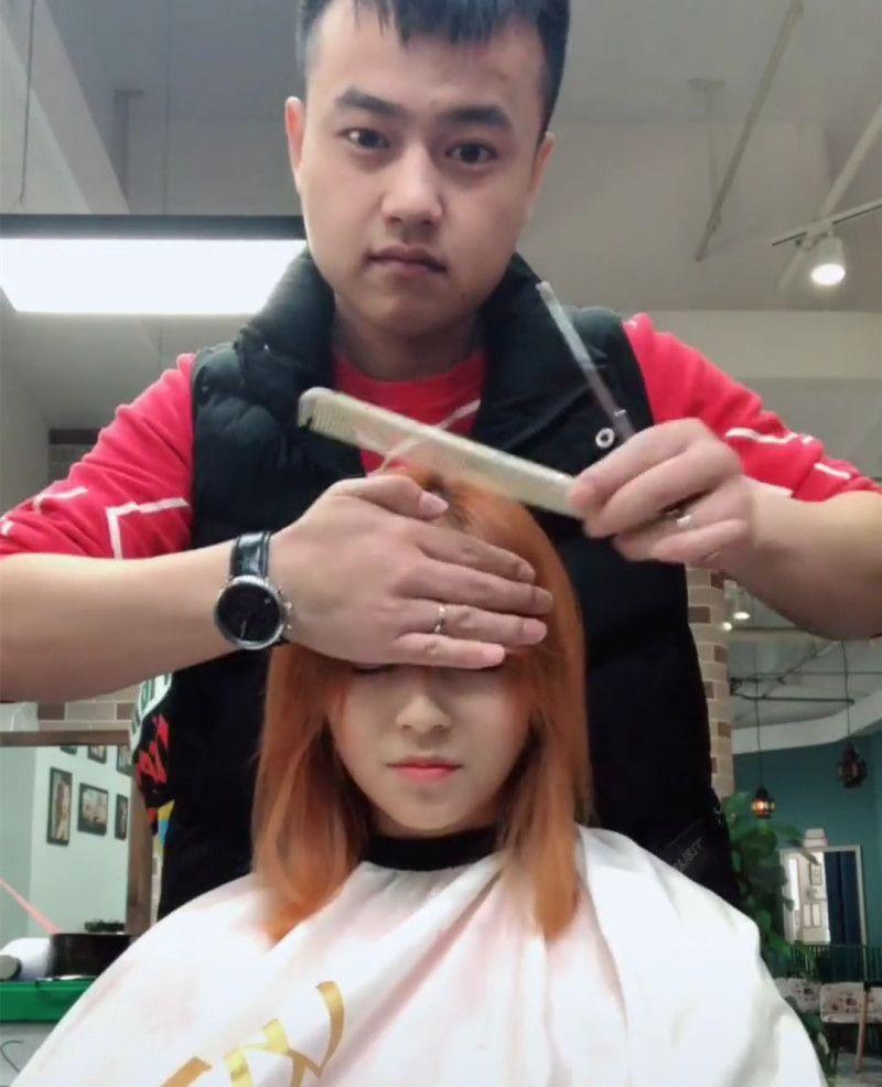 托尼老师给妹子剪刘海,剪完后的造型,自己都尴尬了!