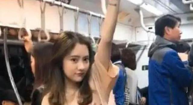 地铁小姐姐走红,一双