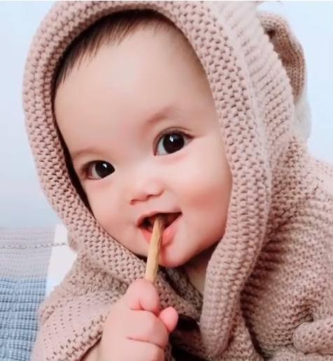 这张照片太可爱啦,宝宝真的是天然呆自然萌啊,就想问你,想不想生个