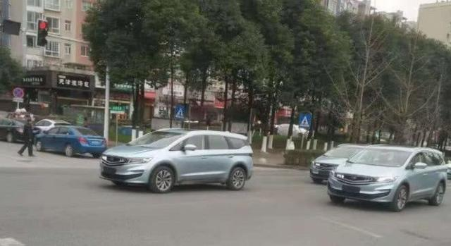 大批吉利嘉际MPV现身街头,天蓝色车身太帅,宋MAX压力大了