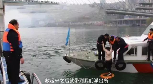 女孩跳进长江,因穿羽绒服江面漂浮半小时被救