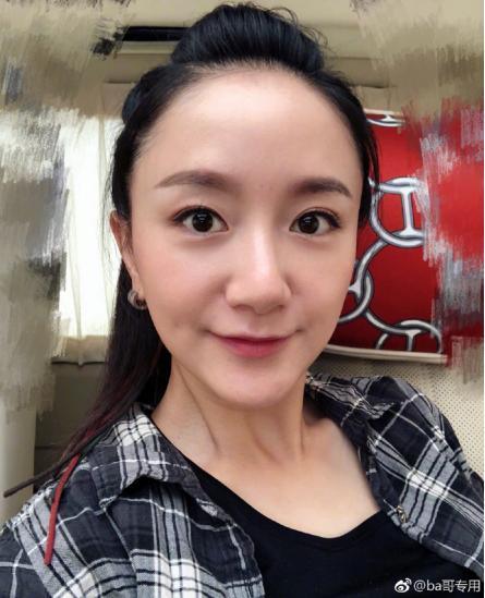 演员李倩把嘴角的痣点没 如今出席活动完全认不出
