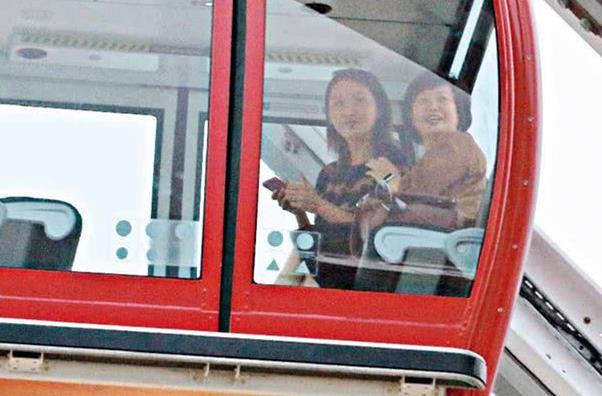 当红花旦,和姐姐坐摩天轮不戴墨镜和口罩,待人十分亲民!