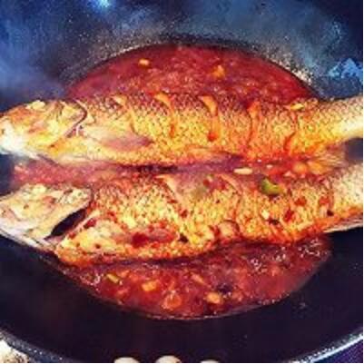 四川名肴干烧鱼,颜色红亮,味道咸鲜带辣回甜,是鱼类菜的佼佼者