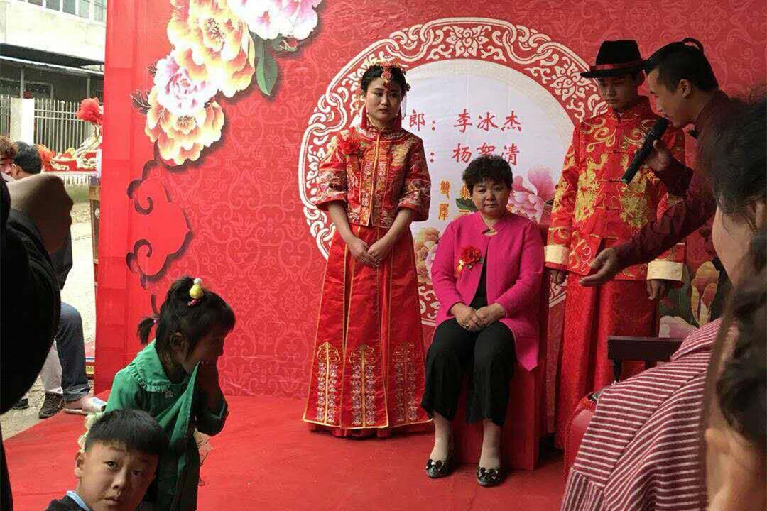 29歲美女身高1.3米,攢錢13年幫弟弟娶妻後離家,如今年入