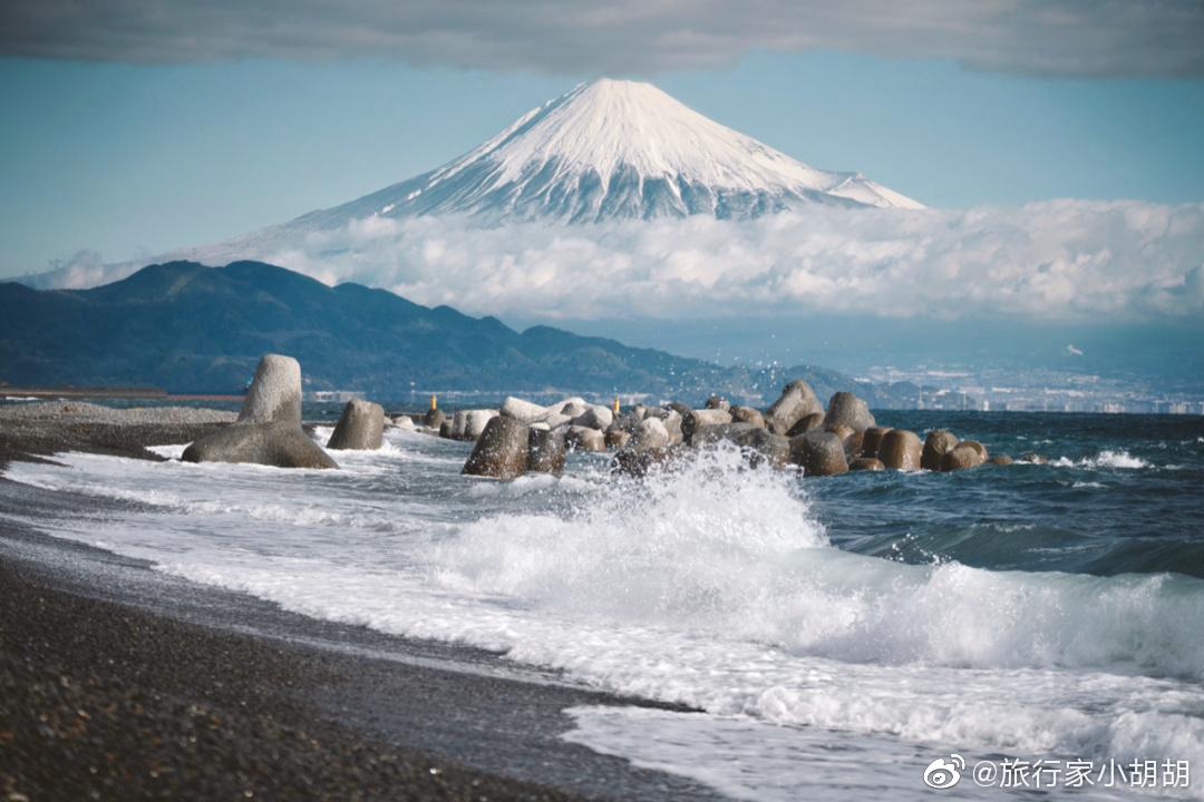 日本富士山之行,清晰的看见富士山上的堆满了雪