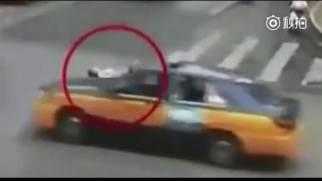车还没到跟前就躺地上,不过女司机不吃这一套直接碾压 