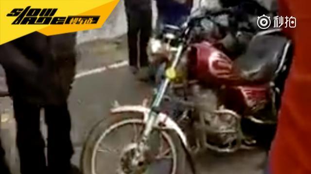 本田CR-V追尾摩托车,我都有点不相信自己眼睛了,请不要告诉我这是真的...