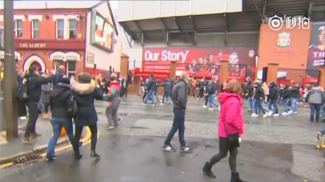 视频-利物浦罗马球迷赛前斗殴!有人带榔头开战