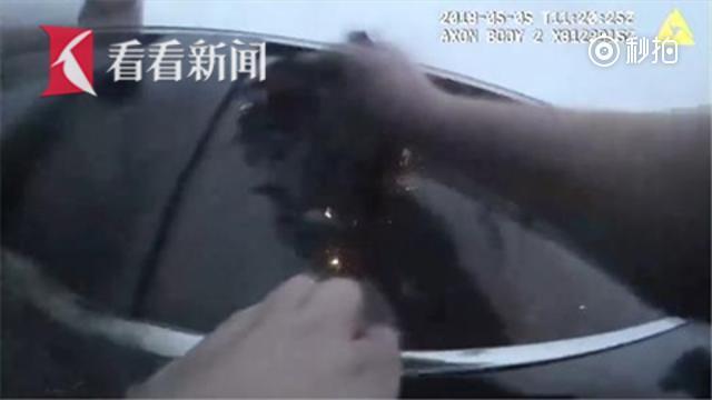 【女司机犯困把车开进湖里 警方90秒神速救援】美国休斯顿近郊日前发生一起...