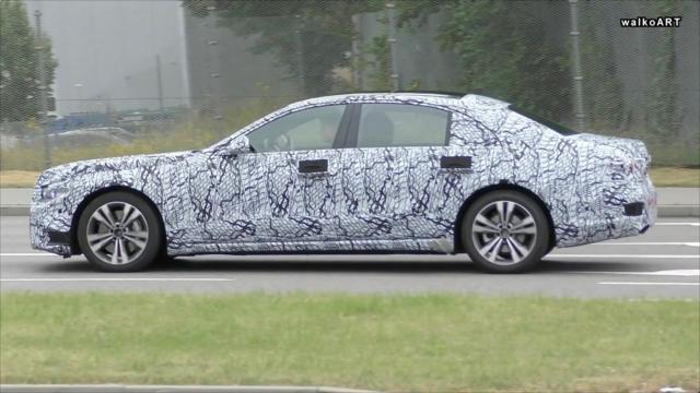 【新车谍照】奔驰下一代S级轿车W223现身,中度伪装下可以隐约看到新款的...
