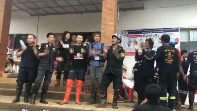 泰国山洞营救成功 志愿者载歌载舞庆祝