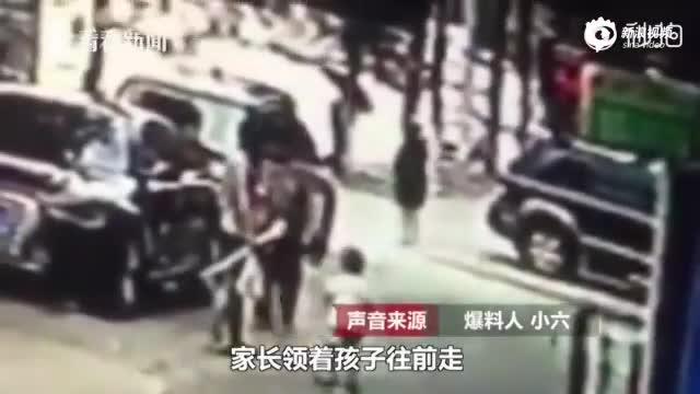女子无故飞踹2岁幼童后逃离现场 疑似精神有问题