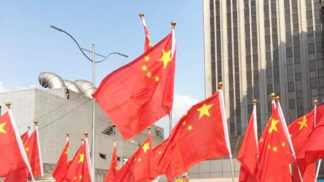 台湾民众高举五星红旗欢迎陆客 直言:解放军快来