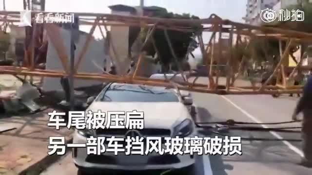 工地吊臂钢索断裂掉落 路边百万豪车被拦腰砸断...女车主