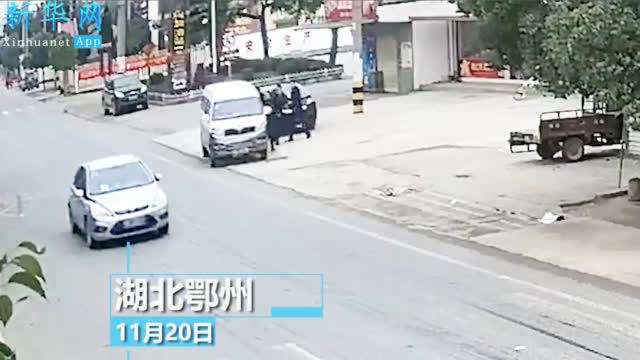 惊险一幕!辅警遭毒贩驾车拖行200多米