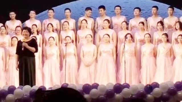 大连一大学合唱团火了 女生不够男生穿裙充数