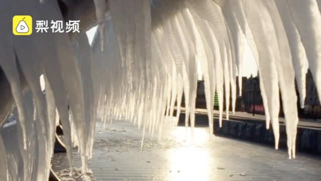 一夜冷风吹过 大连海边现超长冰瀑