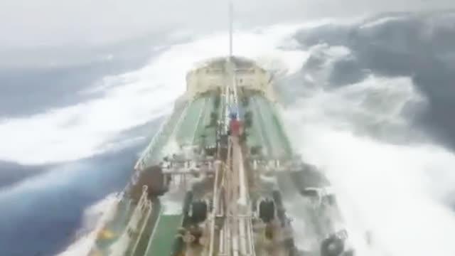 """货轮海上遭遇""""帕布""""险被巨浪掀翻 钻井平台暴风眼中心不停摇晃"""