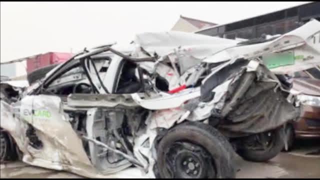 惊险!轿车高速上抛锚司机下车报警下一秒半挂车将轿车瞬间撞飞
