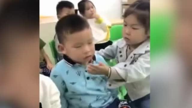 到了,小男孩犯困打盹,身体前仰后合,身旁的小女孩看到后