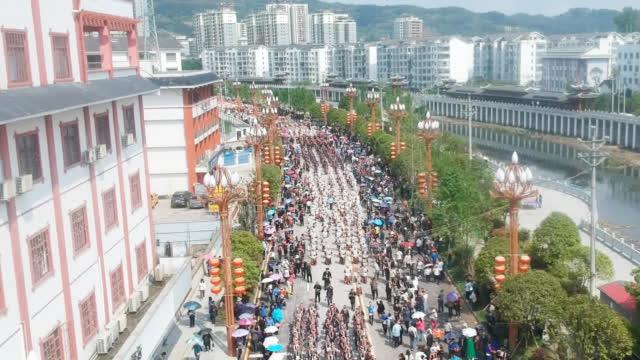 航拍贵州台江苗族姊妹节万人盛装游街,太震撼了