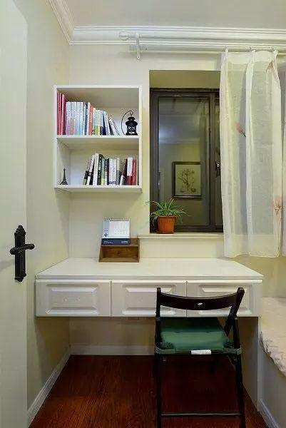 次卧是给孩子准备的,所以一张书桌是必须的,利用墙角的空间来做一个小图片