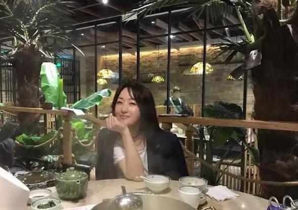 """玉女掌门杨钰莹年近50岁,高水平的""""黑白搭配法"""",都快嫩成17岁"""