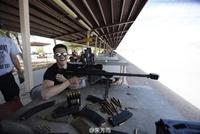 朱芳雨玩步枪练瞄准