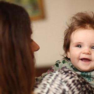 婴儿一出生拥有浓密秀发获众人关注