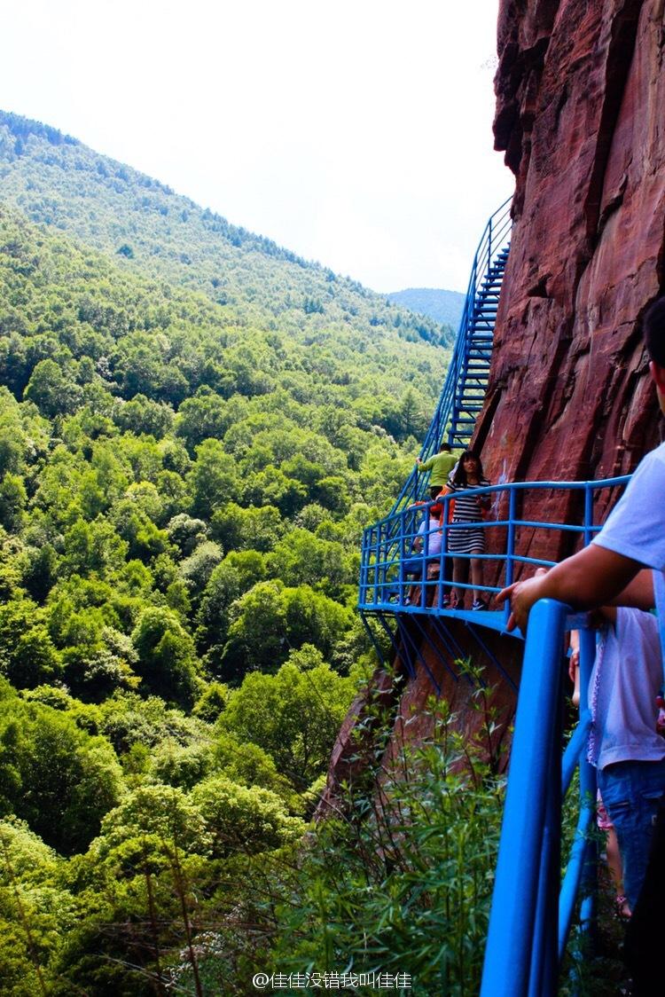 其实也没有很恐怖啦,风景也不错。虽然没有华山五台山的陡峭和雄伟,但作为平时出游是可以选择的😀