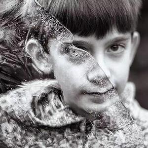 儿童孤独症男孩的独特世界