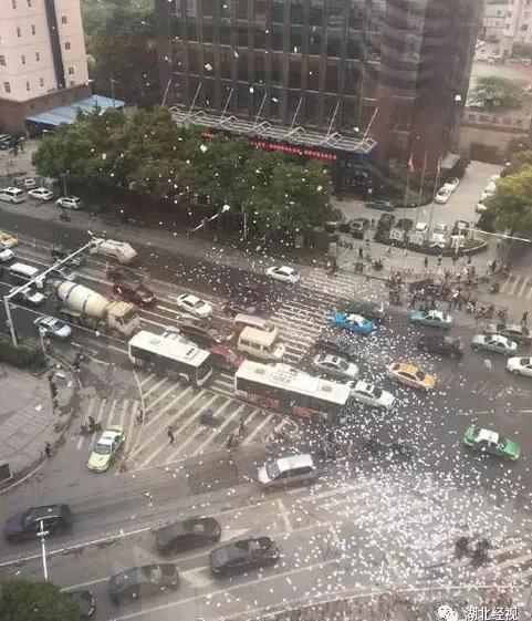 5月11日上午,江汉区江汉北路IFC国际金融大厦41楼,一男子将5000张小广告扔下,引发广泛关注。