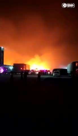 现场:天津滨海新区天新南纸业产生火警