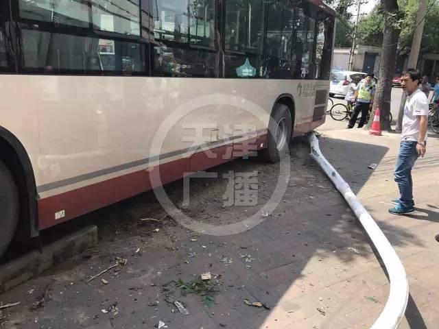 公交为避让横穿马路老太撞伤路人 老太反而想索赔