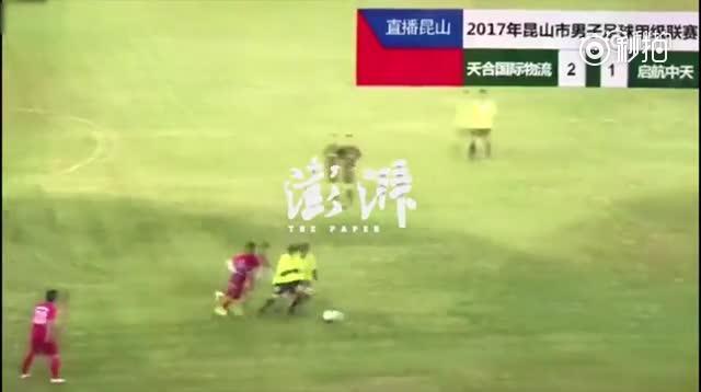 业余足球赛多名球员怒踹裁判