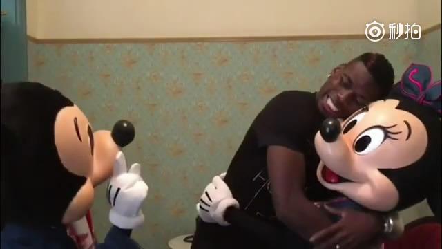 视频-博格巴香港迪士尼游玩 合影米妮假装求婚