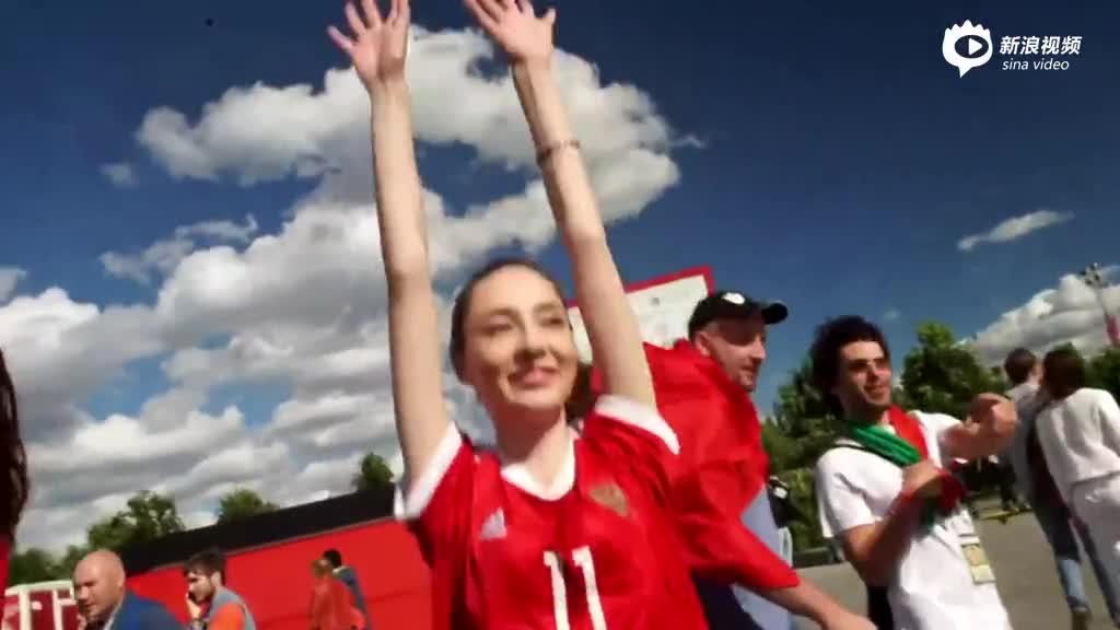 视频-香蕉球直播俄罗斯:场外足球宝贝献热舞