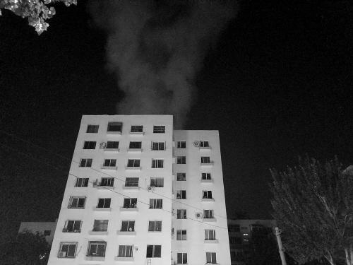沈阳一居民楼起火从1楼烧到9楼 现场浓烟滚滚(图)