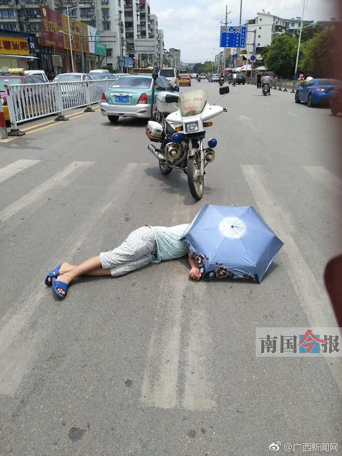 柳州一醉汉5次醉倒马路 22人报警有人帮撑伞
