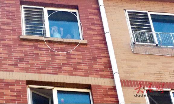 暑假家长应看紧自家窗户 谨防年幼孩子窗口坠落