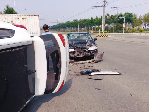 沈阳浑南发生车祸 三辆车撞在一起