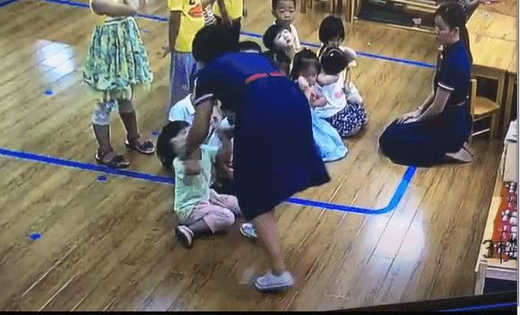 南宁3岁半小孩在幼儿园被老师打脸蛋 还用脚踢