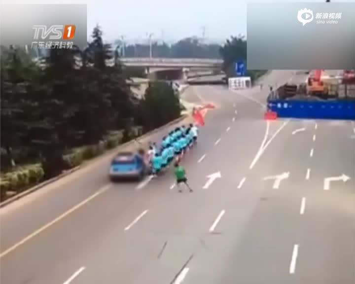 山东临沂:女司机开车冲进晨跑队  一逝世两伤