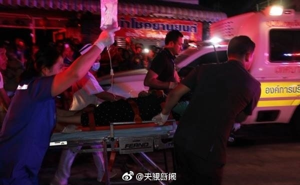 泰国普吉岛:中国游客大巴侧翻 一名10岁游客遇难