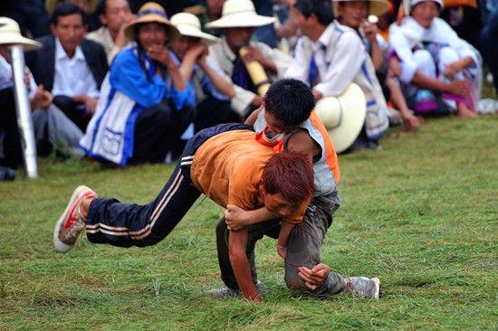 石林彝族人的摔跤角斗