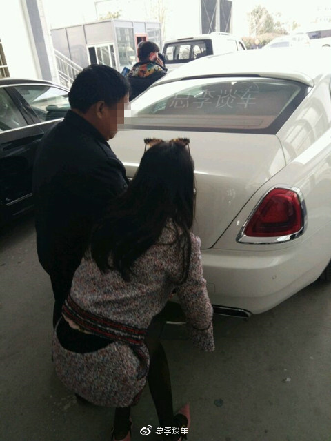 美女开白色劳斯莱斯挂牌,开豪车的平均年龄多大你知道吗?