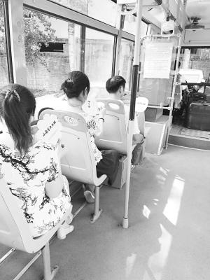 石家庄某路公交司机自费买小扇子为乘客送清凉