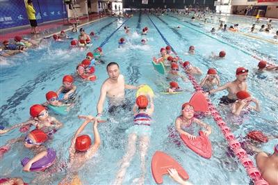 暑期游泳培训到底有多火 教练都舍不得休息了