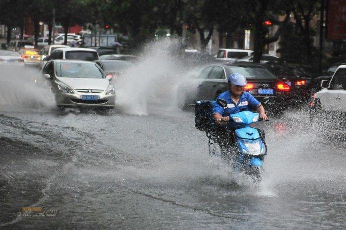 """青岛""""下开水""""街道成河流"""
